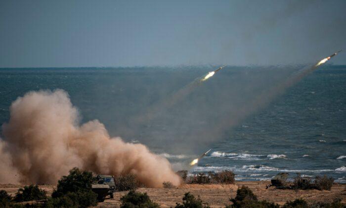2020年9月23日,「高加索-2020」聯合軍演期間,火箭導彈系統從俄羅斯南部達吉斯坦共和國裏海沿岸的圖拉利山脈發射,參與成員有中國、伊朗、巴基斯坦等軍隊。(Dimitar Dilkoff /AFP via Getty Images)