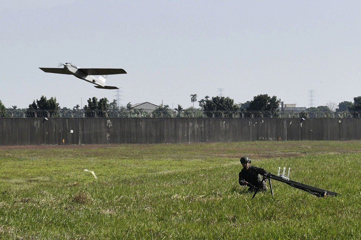 台灣正在開發具有攻擊能力的自殺無人機,以因應中共的軍事威脅。圖為2019年1月24日,台灣士兵在操控一架紅雀無人機。(SAM YEH/AFP/Getty Images)