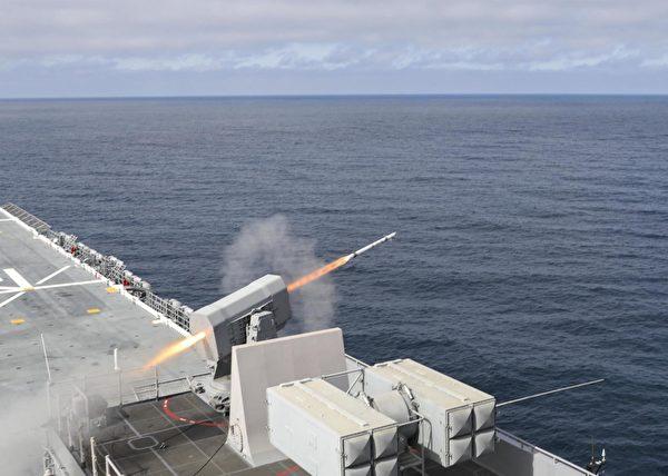 2020年3月30日至4月17日,美軍兩棲攻擊艦馬克辛島號(LHD 8)在太平洋的高級戰術訓練中發射了滾動防空導彈。參加訓練的還有兩棲登陸艦薩默塞特號(LPD 25)、聖地牙哥號(LPD 22)和濱海戰鬥艦自由號(LCS 1)。(美國海軍)