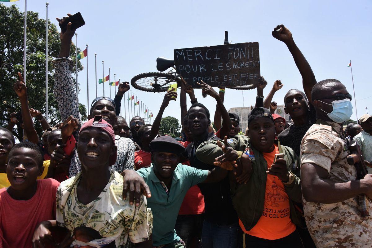 畿內亞近期發生軍事政變,西非國家聯盟尚未承認新政權。圖為2021年9月6日,首都科納克裏街頭對政變表示歡迎的群眾。(CELLOU BINANI/AFP via Getty Images)