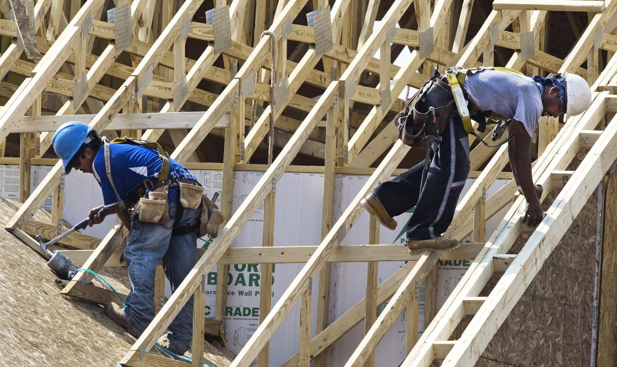 美國藍領勞工2018年薪資增幅高於白領勞工,為近十年首見。(PAUL J. RICHARDS/AFP/GettyImages)