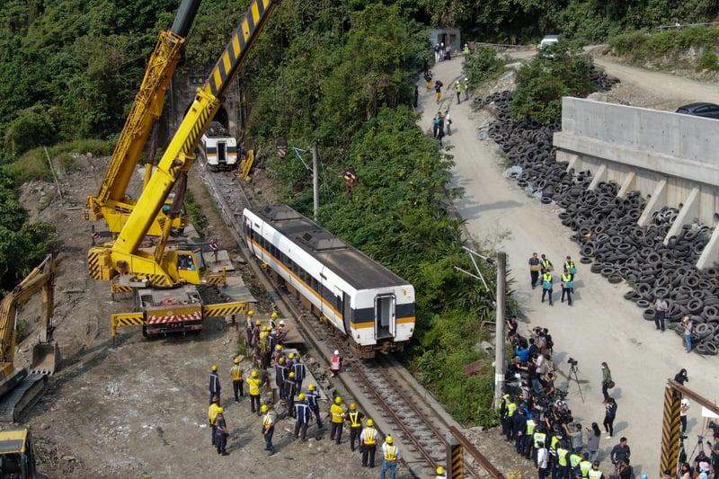 台鐵408車次太魯閣號4月2日在花蓮清水隧道發生出軌事故釀重大傷亡,4月3日清晨進行列車吊掛工作。(中央社)