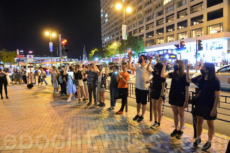 2019年8月23日晚,【香港之路】萬人牽手爭民主活動。圖為尖沙咀人鏈。 (宋碧龍/大紀元)