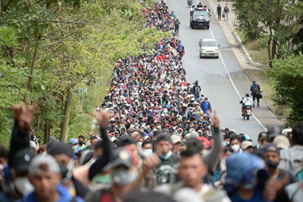 2021年1月16日,在危地馬拉一條道路上的洪都拉斯非法移民。他們希望前往美國。(JOHAN ORDONEZ/AFP via Getty Images)