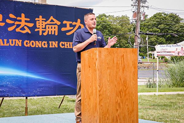 紐約州參議員邁克·馬圖奇(Mike Martucci)在7月10日紐約上州集會上發言。他說,「我支持自由,我支持多元化,我為支持法輪功而自豪。」(張靜怡/大紀元)