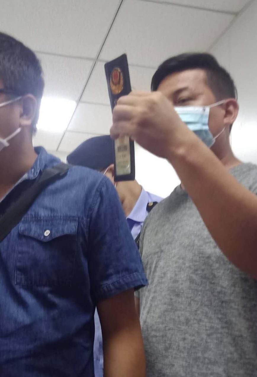 福建訪民黃希民和福建其他訪民在北京車站西站被截訪,過程中他看見政府人員和黑保安在議價維穩費。(受訪者提供)