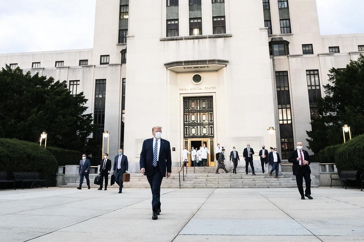 圖為10月5日,美國總統特朗普步行離開沃爾特・里德國家軍事醫學中心,隨後乘直升機返回白宮。(Official White House Photo by Joyce N. Boghosian)