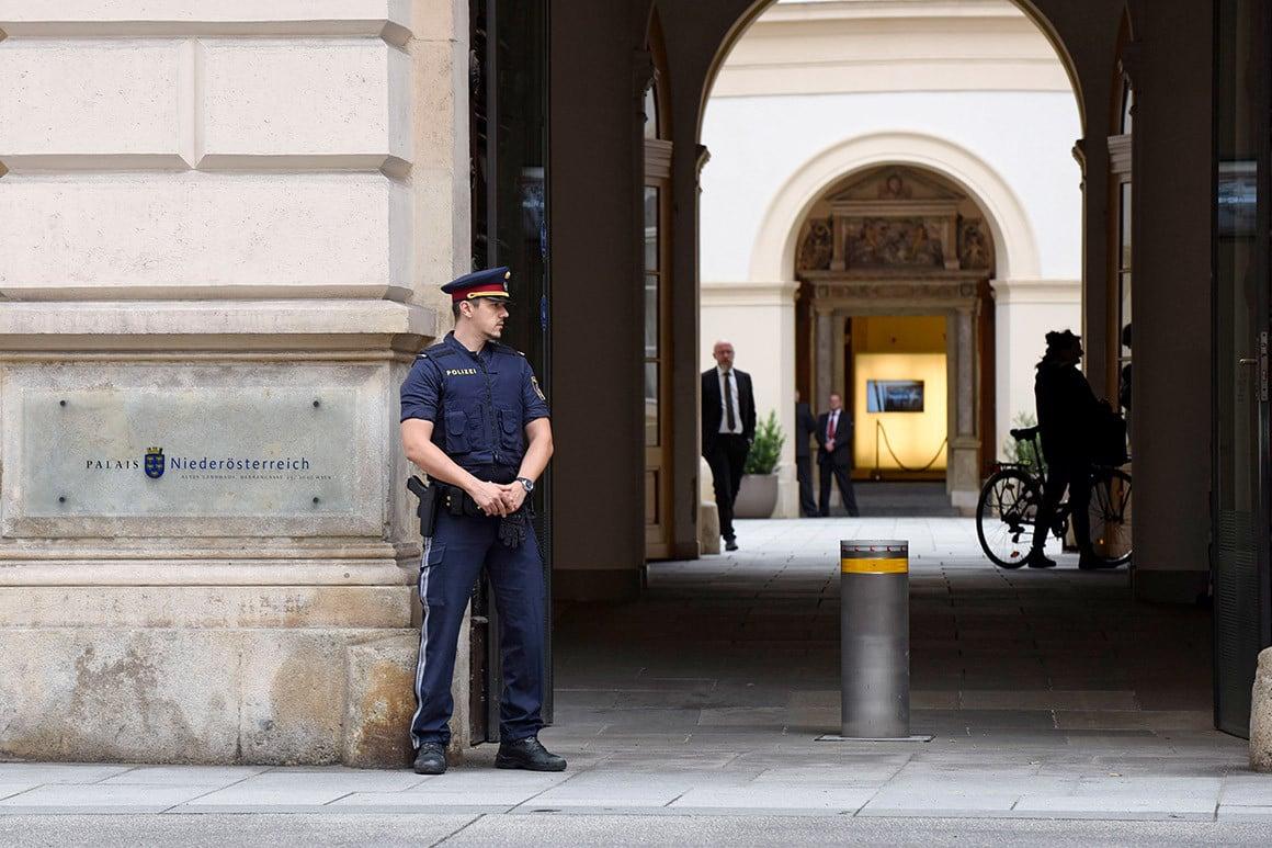 圖:一名警官守衛著奧地利維也納的尼德羅斯特裏奇宮,俄羅斯和美國代表團周一(6月22日)在那裏討論裁軍問題。(Thomas Kronsteiner/Getty Images)