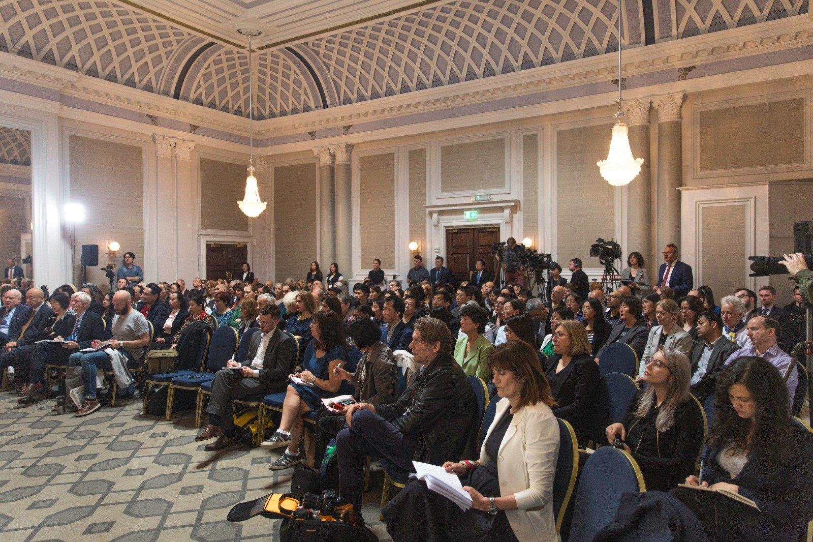 「人民法庭」於6月17日在倫敦宣判,判定中國(中共)活摘良心犯器官的行為仍然存在,法輪功學員是器官供應的最主要來源。當日人民法庭內聚集了大約200名旁聽的民眾。(冠奇/大紀元)