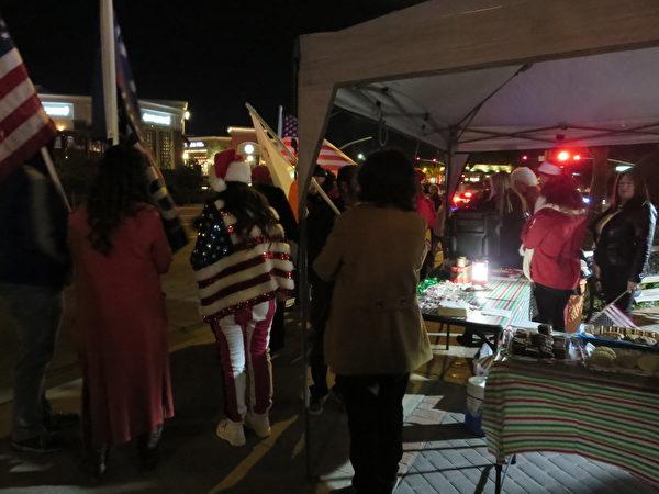 人們慶祝聖誕和支持特朗普總統查清選舉舞弊問題。(李梅/大紀元)