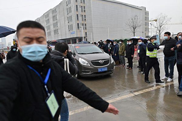 1月31日,世界衛生組織(WHO)專家小組到武漢的白沙洲市場調查中共病毒的來源。(HECTOR RETAMAL/AFP via Getty Images)