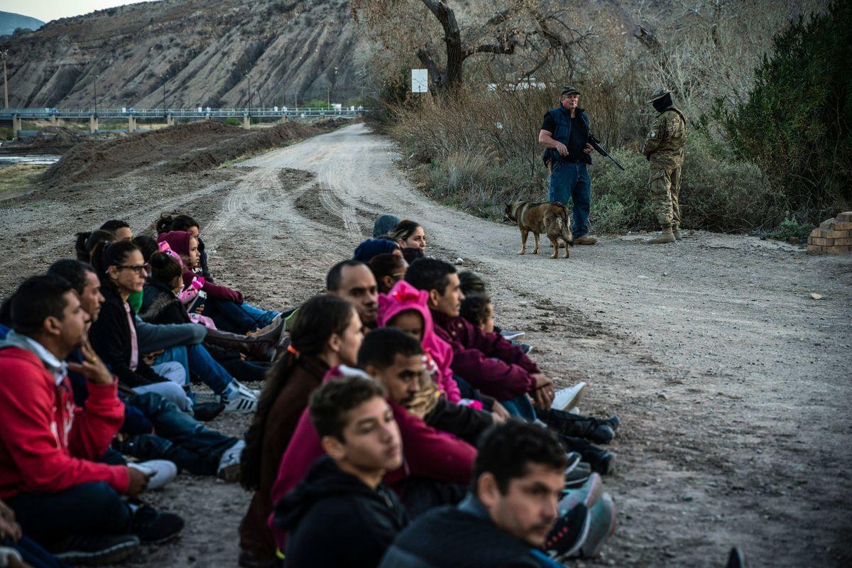 美國海關與邊境保護局宣佈,2月份西南邊境巡邏碰到了超過10萬的企圖非法入境者。圖為2019年一次抵達西南邊境被抓的非法移民。(PAUL RATJE/Getty Images)