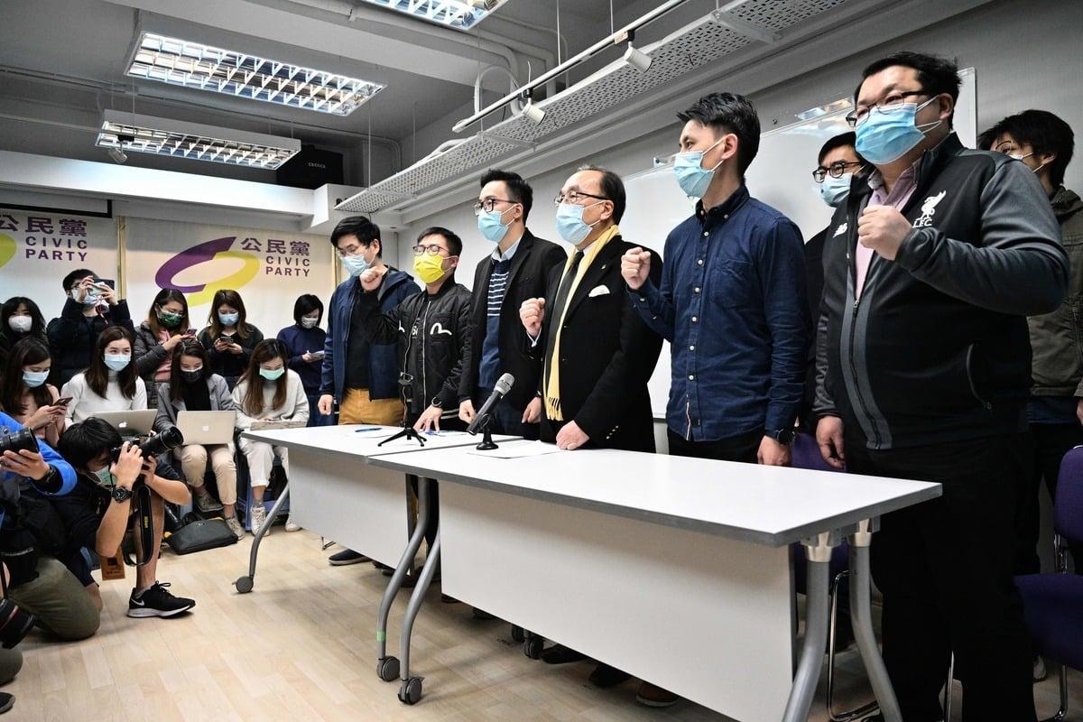 2021年1月6日,中共逮捕數十名民主派人士後,公民黨主席梁家傑(前排右三)和其他成員在總部舉行新聞發佈會。(Anthony Wallace/AFP via Getty Images)