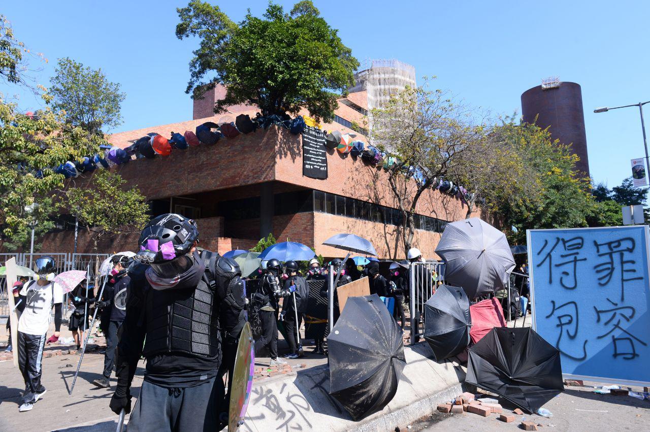 香港的大學保衛戰,從中大轉為理大。圖為2019年11月17日香港理工大學,抗爭者在理大建立不同的防禦設施,希望師生包容抗爭行動所帶來的不便。(宋碧龍/大紀元)