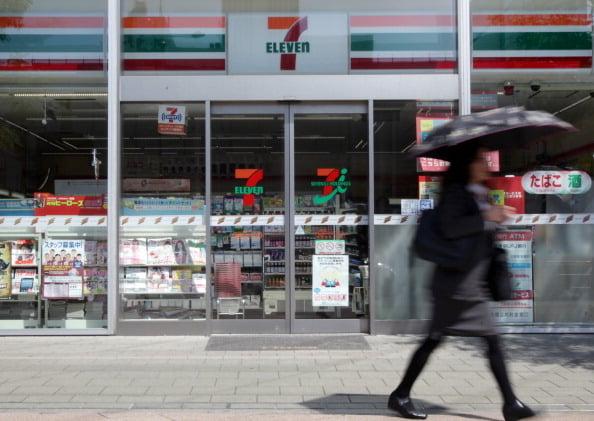 日本便利商店龍頭「7-11」日前推出智能手機結算服務「7pay」最近屢遭非法盜用,目前已約有900個帳戶遭盜刷。(Getty Images)