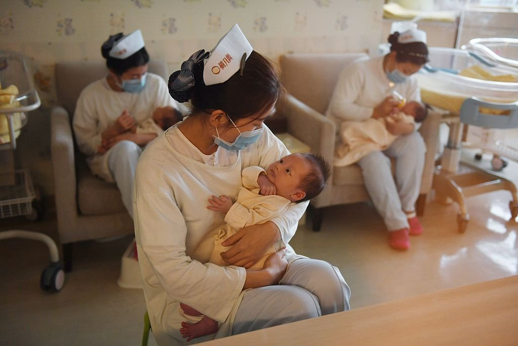 中國人口老齡化加劇,出生人口銳減。中共央行近日罕見發表論文,呼籲全面放開和鼓勵生育。圖為中國北京一母嬰護理中心。(GREG BAKER/AFP via Getty Images)