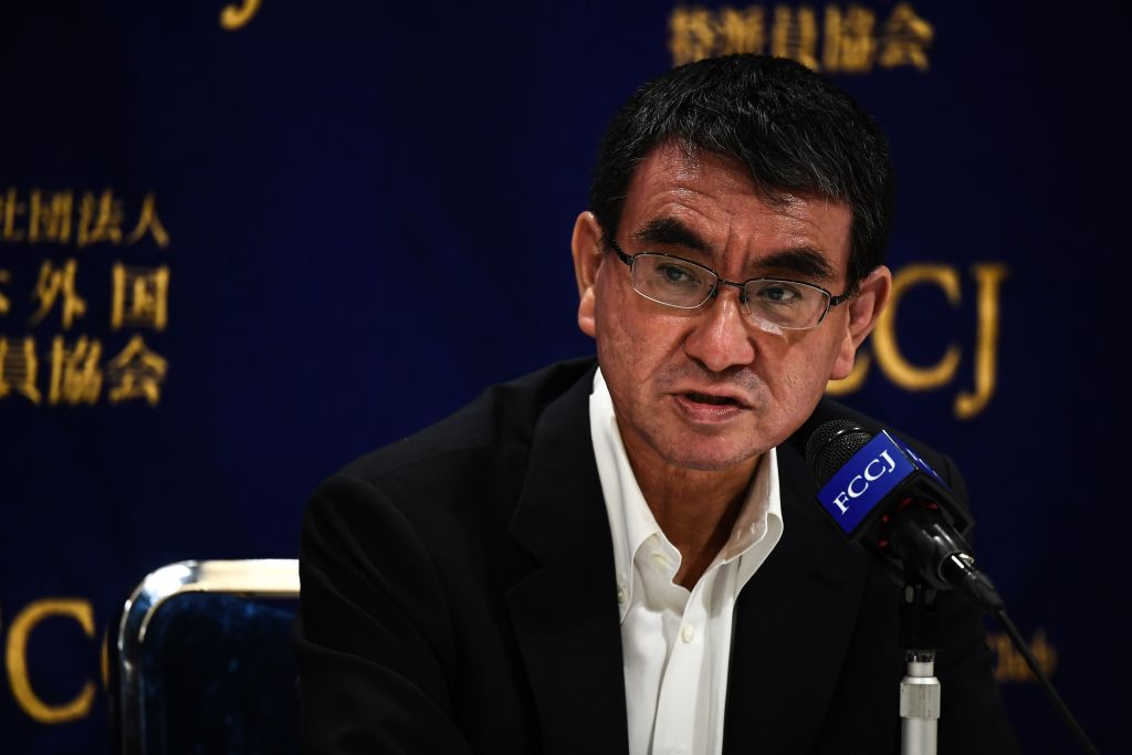 7月7日,美國國防部長埃斯珀、澳洲國防部長雷諾茲和日本防衛相河野太郎(圖)召開視像會議。(CHARLY TRIBALLEAU / AFP)
