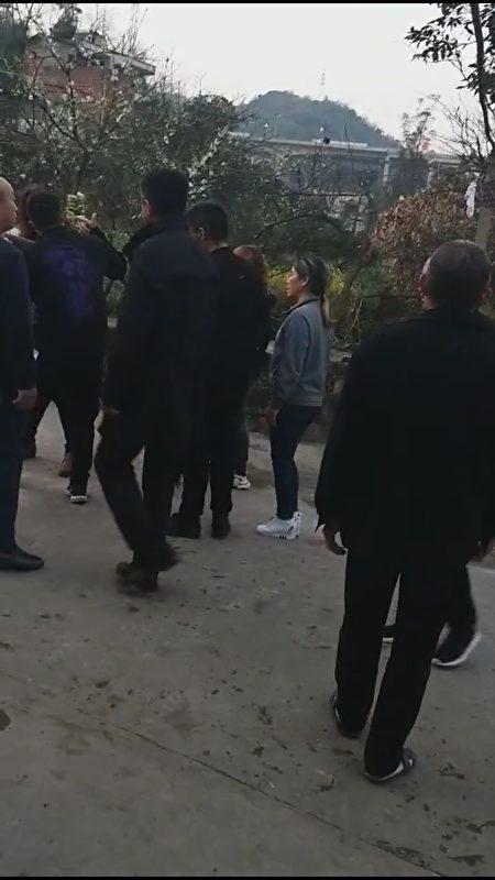 黑保安阻撓不讓見肖成林。(受訪者提供/影片截圖)