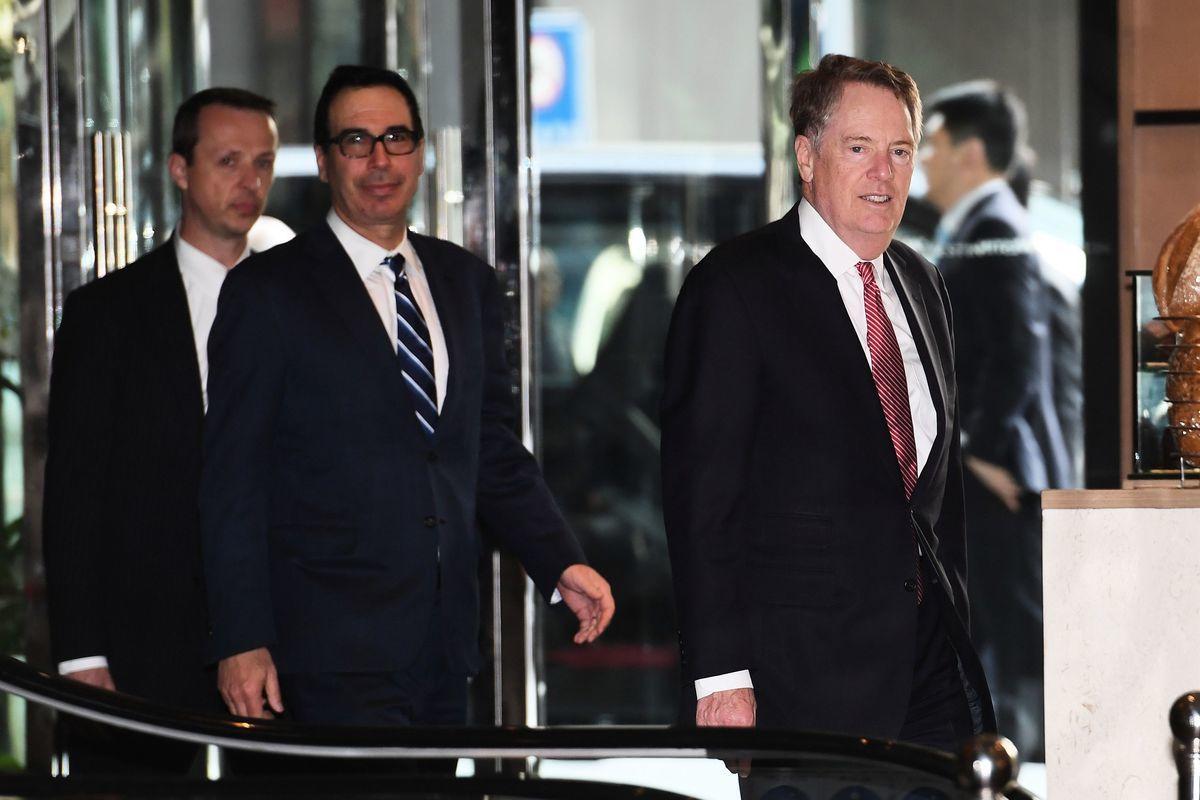 美方談判領隊、貿易代表羅伯特・萊特希澤(右)和財長史蒂芬・姆欽(中)表示,美方認為中方要撤回的承諾將很大幅度地影響整個交易,因此談判團隊全部成員達成共識,並向特朗普建議加關稅。(GREG BAKER/AFP/Getty Images)
