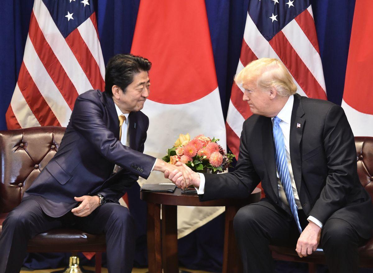 日本首相安倍晉三(左)與美國總統特朗普9月26日在紐約舉行雙邊會議。(NICHOLAS KAMM/AFP/Getty Images)