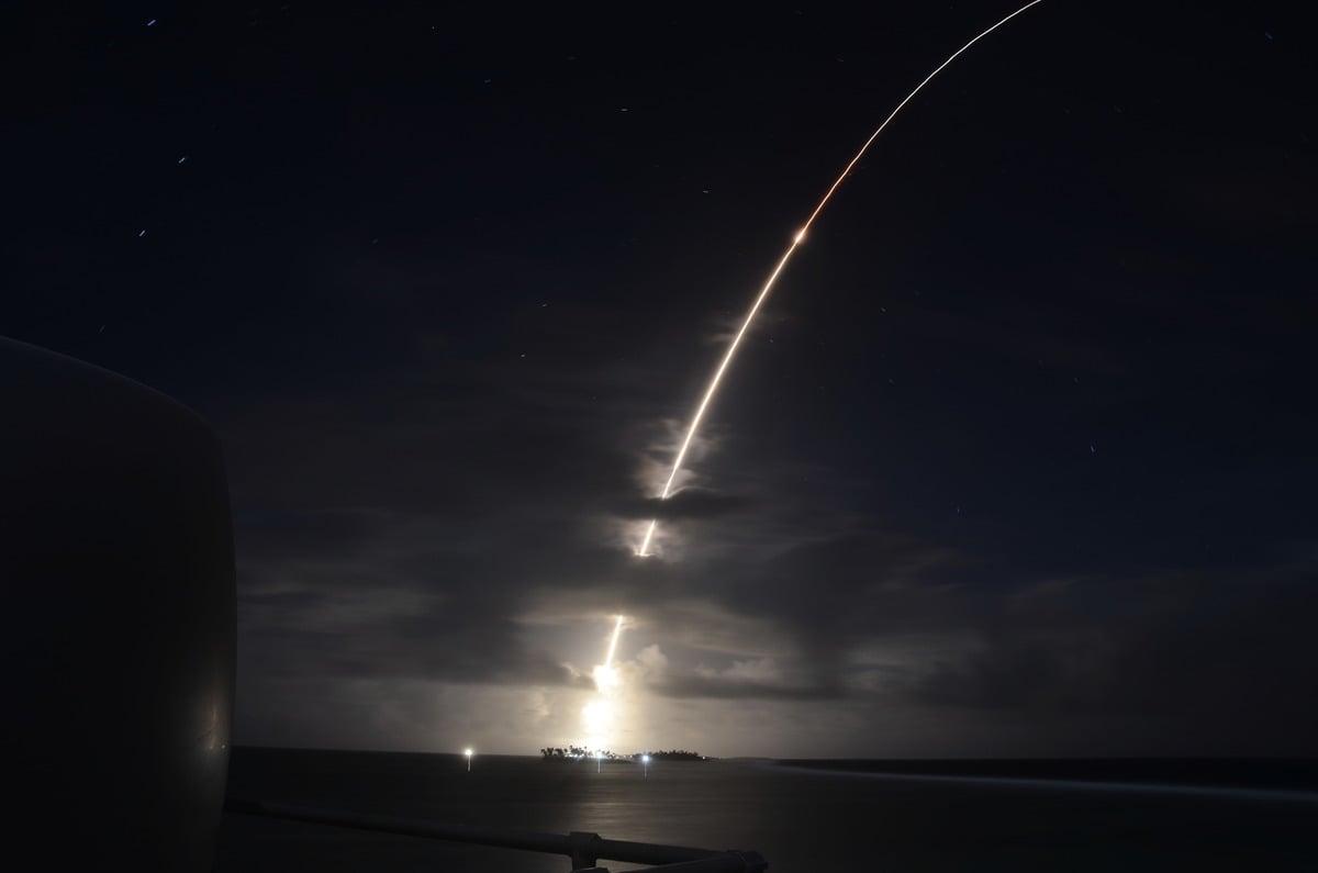 2021年9月12日,美國導彈局成功測試一個升級版攔截器。圖為2019年3月25日,美軍進行導彈防禦系統測試過程中,一枚模擬來襲的洲際彈道導彈目標從馬紹爾群島(Marshall Islands)的羅納德‧列根彈道導彈防禦試驗場發射。(Missile Defense Agency)