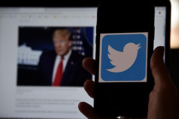 特朗普發推文批評加州州長紐森推行的郵寄投票措施,結果該推文被推特公司(Twitter)貼上藍色警告標籤,警告特朗普的推文內容是虛假、經不起事實核實。(OLIVIER DOULIERY/AFP via Getty Images)