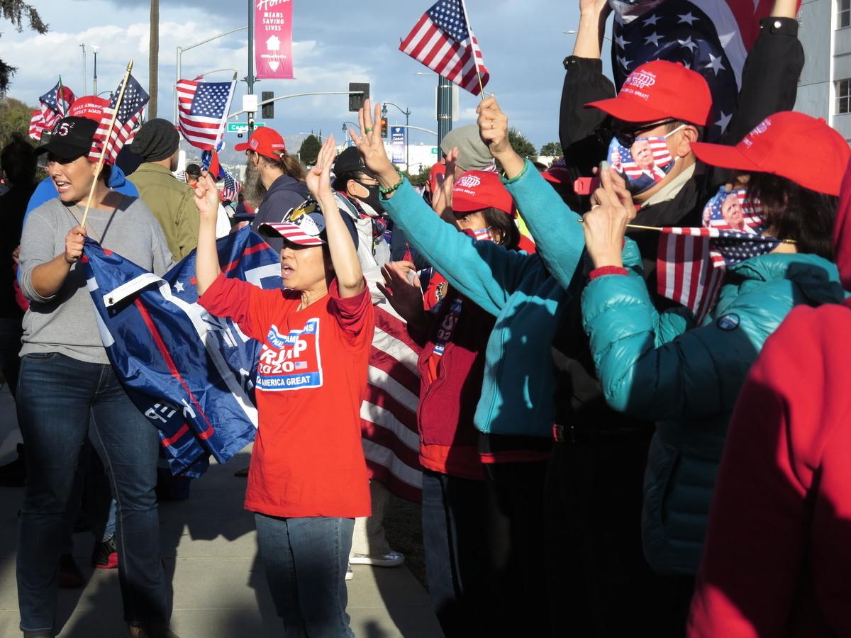 南加民眾在洛杉磯比華利山莊附近集會,要求「只計算合法的選票」。(李梅/大紀元)