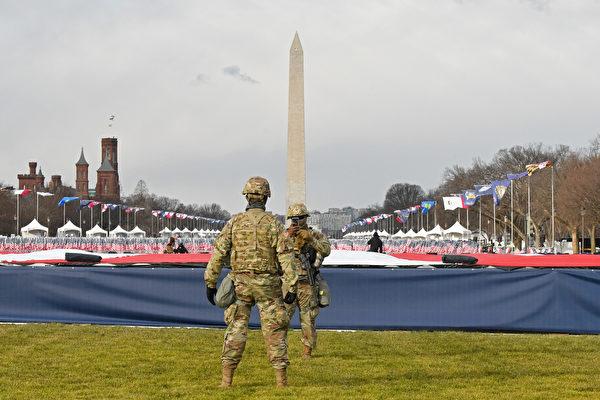 2020年1月,拜登就職典禮在即,華府高度戒備,國家廣場插滿旗子。(Stephanie Keith/Getty Images)