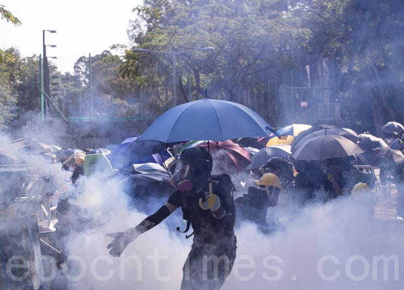 2019年11月11日,香港民間發起全港三罷的「黎明行動」。香港中文大學學生高呼「中大是我家」,學生扔燃燒彈阻止警察進入校園,警察向學生發射催淚彈並拘捕學生,現場恍如戰場。(余鋼/大紀元)