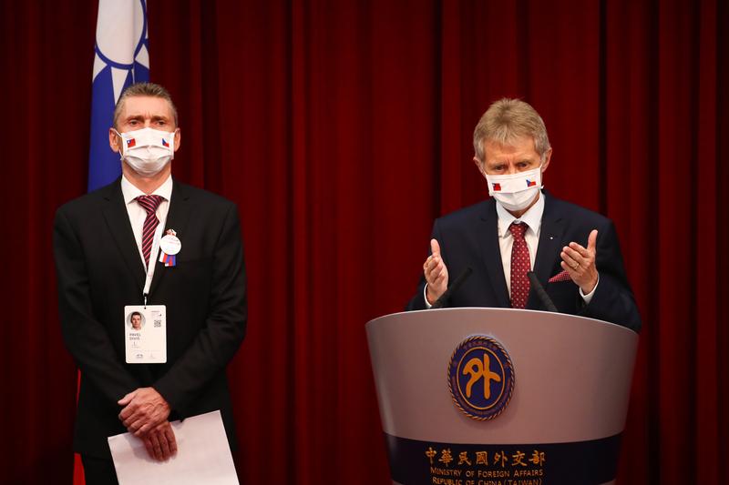 捷克參議院議長維特齊(右)與捷台商會會長Pavel Diviš(左)共同出席3日在外交部舉行的記者會,分享此行交流成果,並感謝台灣的熱情接待。(中央社)