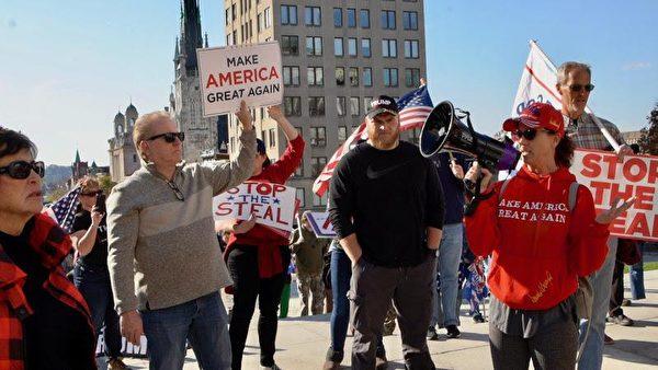 來自匹茲堡的巴廷斯(Carly Bartins)(右二)感謝「神選之人」特朗普總統,希望他「不要放棄抗爭」。(良克霖/大紀元)