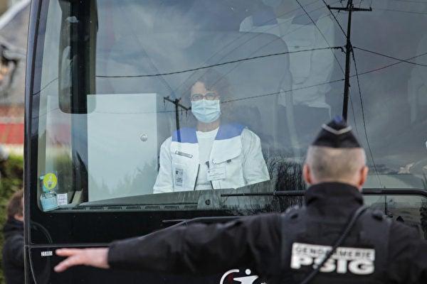 2020年2月21日從中國撤回的34名法國公民抵達諾曼底的一個度假區,準備接受隔離。 (LOU BENOIST/AFP via Getty Images)