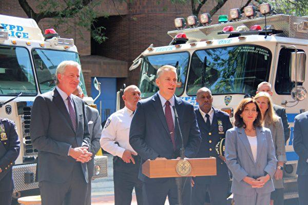 紐約市警局局長謝伊(講台發言者)表示,911事件20周年當天,將絕對保證紐約市的安全。(黃小堂/大紀元)