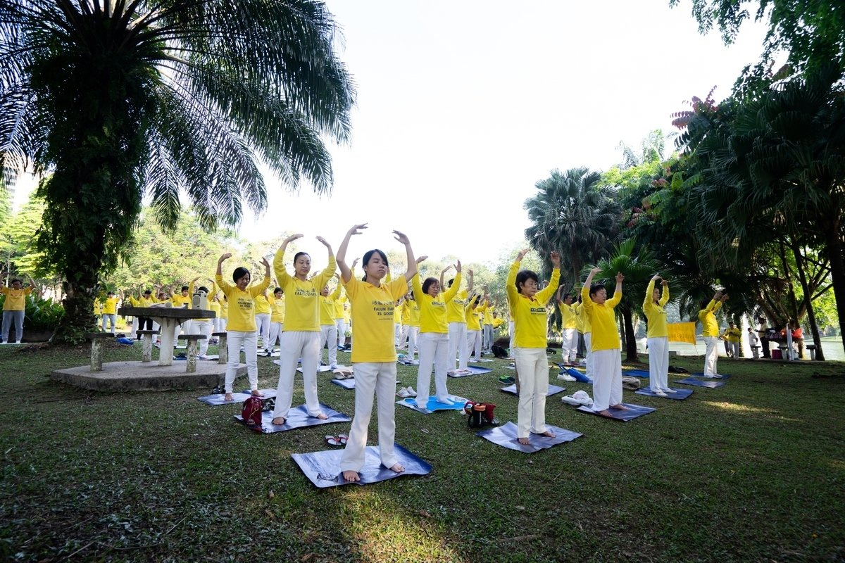 2018年5月6日,部份馬來西亞法輪功學員,在吉隆坡皇后鎮公園集體煉功。(大紀元)
