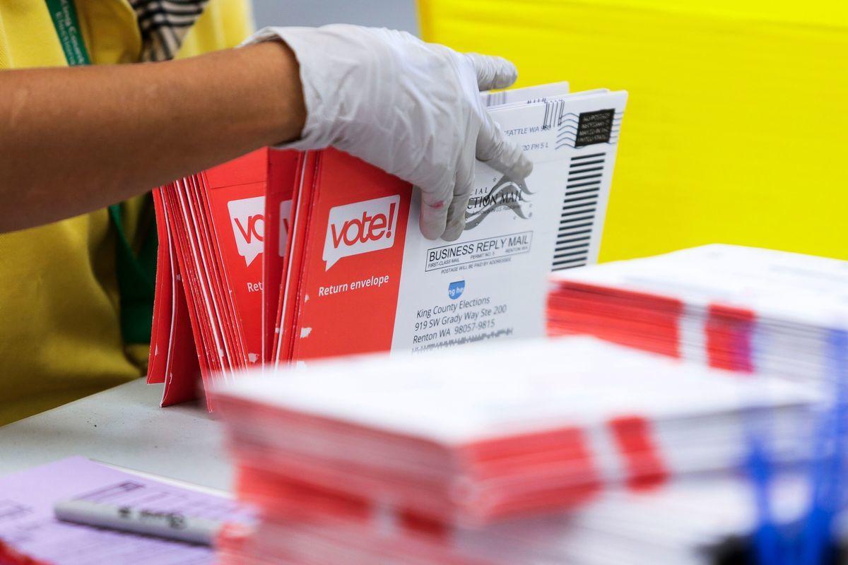 圖為2020年8月3日,華盛頓州的選務人員對郵寄選票進行整理。(JASON REDMOND/AFP via Getty Images)