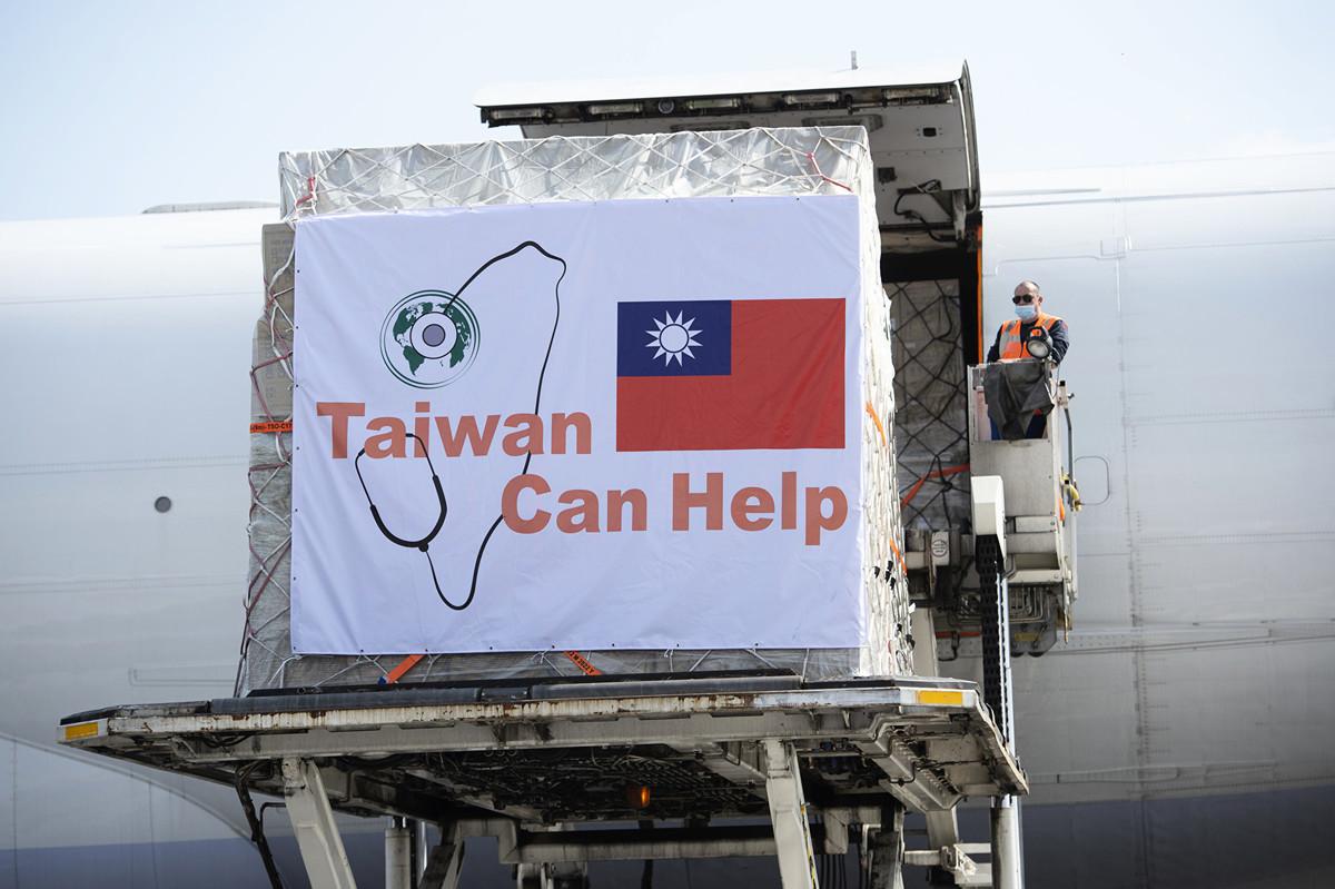 台灣捐贈歐洲口罩4月間陸續抵達,歐洲聯盟除以文字公開高度讚賞台灣外,另也公佈了華航貨機運載口罩抵達畫面,讓中華民國國旗罕見登於歐盟官網。(歐盟官網)