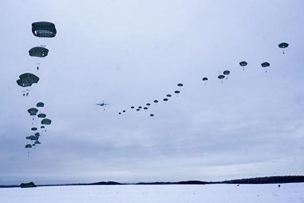 2021年2月18日,美軍在阿拉斯加進行傘降訓練。(美國印太司令部)