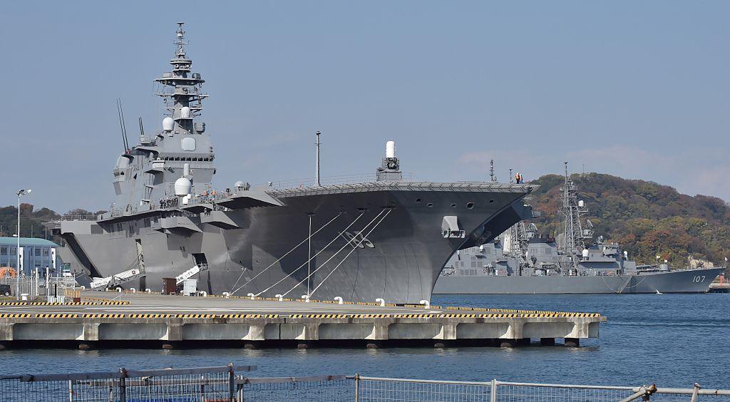 日本自民黨日前打出競選宣言,承諾將國防預算翻倍,以震懾中共的軍事威脅。圖為日本航母出雲號直升機護衛艦。(Kazuhiro Nogi/AFP/Getty Images)