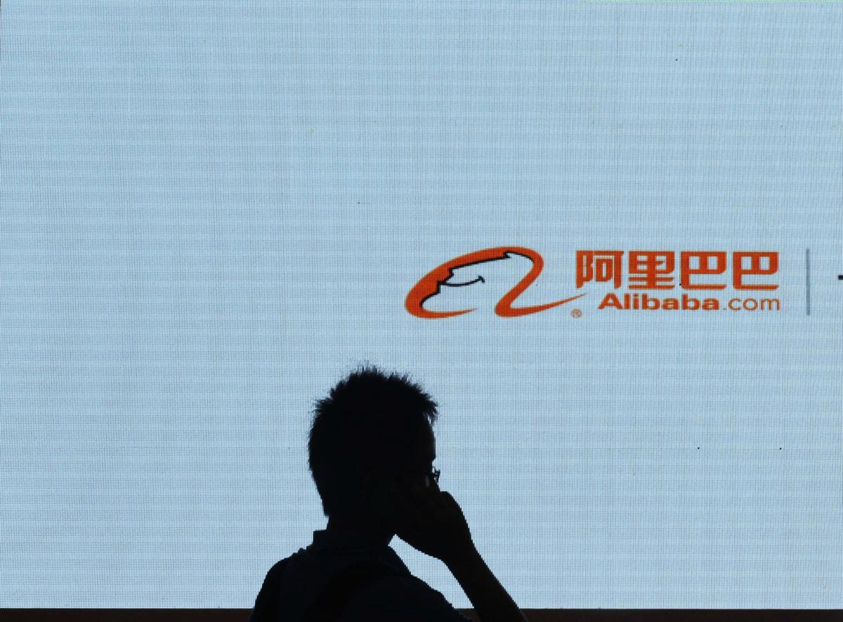 當傳出特朗普政府官員考慮限制中國公司在美國交易所上市,阿里巴巴等一批中國科技巨頭在美國股價暴跌。圖為阿里巴巴標識。(AFP)