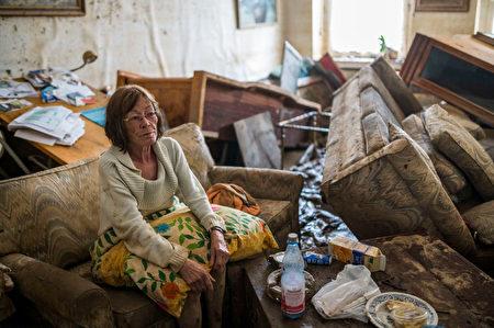 德國萊因-法耳次邦Bad Neuenahr的一戶人家,傢俬在洪水中全毀。圖片拍攝於7月17日。(Thomas Lohnes/Getty Images)