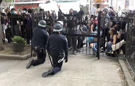 今年6月,左派在紐約組織多次示威。圖為暴力示威者在叫囂,警察被迫下跪。(陳女士提供)