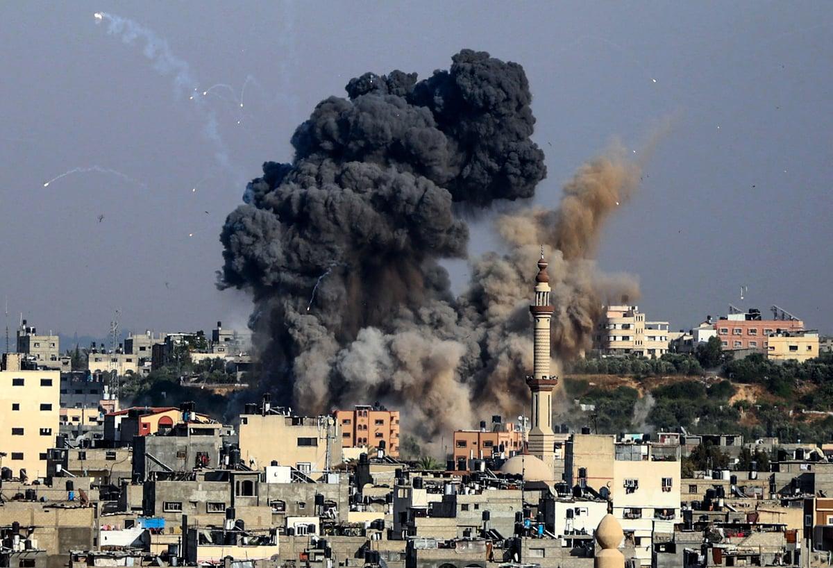2021年5月11日,巴勒斯坦哈馬斯組織控制下的加沙城遭到以色列空襲,濃煙滾滾。(ANAS BABA/AFP via Getty Images)
