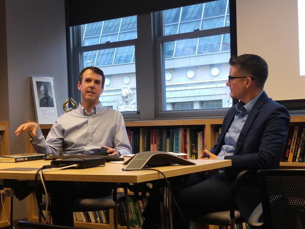 調查記者威斯索夫(Ben Westhoff,左)12日在曼哈頓召開新書《芬太尼公司》簽書會,與讀者分享經歷。(王黎維 / 大紀元)