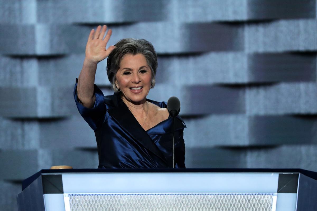 圖為2016年時任加州民主黨聯邦參議員芭芭拉·柏克瑟(Barbara Boxer)參加民主黨全國大會。(Alex Wong/Getty Images)
