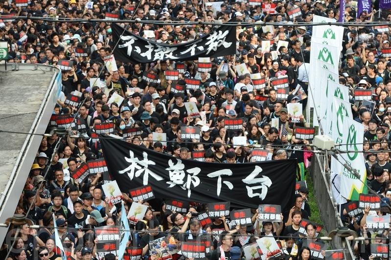 2019年6月16日,香港,參加反送中大遊行的市民高舉各種自製標語表達抗議。(余鋼/大紀元)