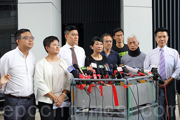 7月8日,民主派立法會議員發表聯署聲明,要求警方及政府必須立即追究濫用武力及違例警員的惡行,並向公眾道歉。(蔡雯文/大紀元)