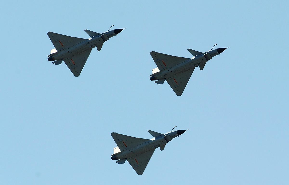 前中共海軍軍官姚誠在接受大紀元專訪時表示,中共的軍事科技大多是竊取自西方國家的。圖為2010年4月13日,中共的殲-10戰機飛行於天津上空。(FREDERIC J. BROWN/AFP/Getty Images)