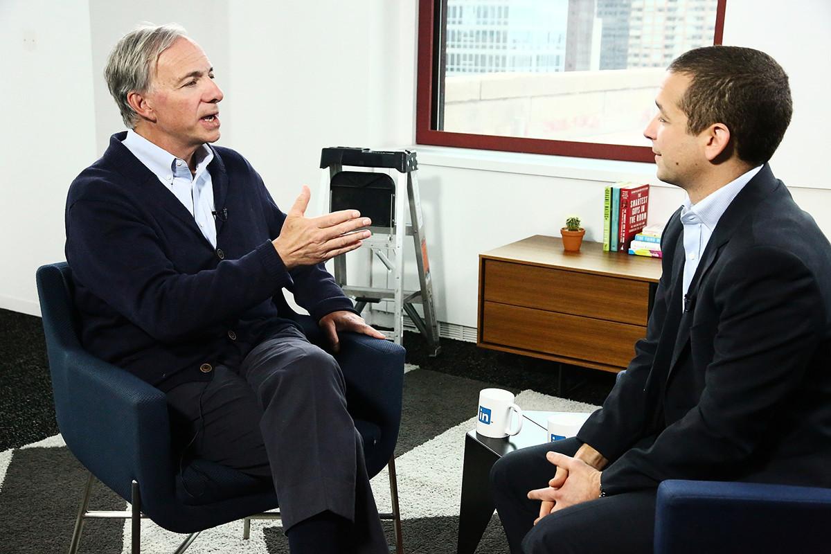美國億萬富翁、全球最大對沖基金的共同創辦人雷・達利奧(Ray Dalio)(左)表示,白宮有可能將對中共採取大行動。(Astrid Stawiarz/Getty Images)