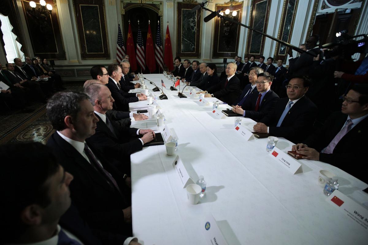 北京今天公佈,下兩周分別在北京及華府展開兩輪談判。圖為中美今年2月21日的貿易談判現場。 (Alex Wong / Getty Images)