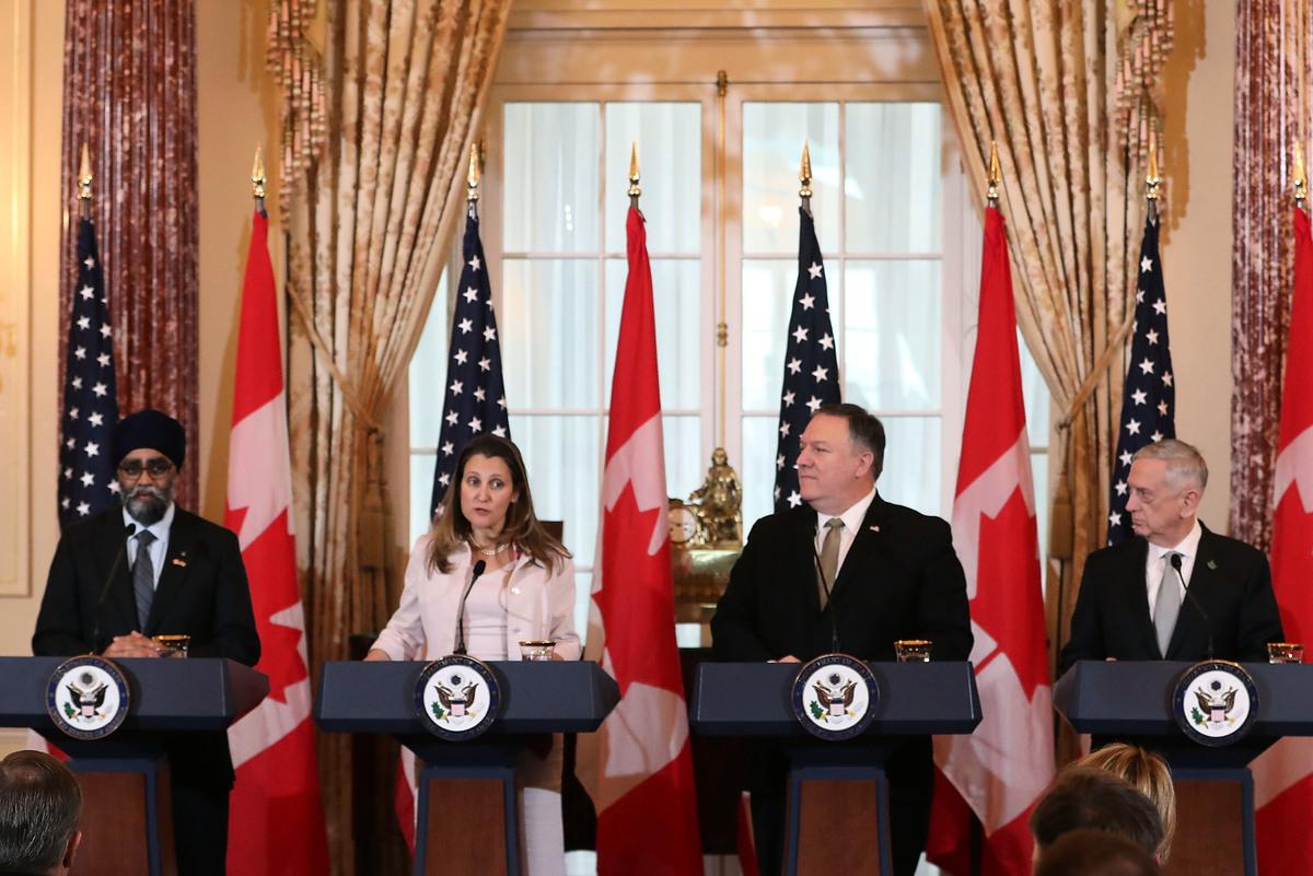 上周五,美國國務卿蓬佩奧(右二)和國防部長馬蒂斯(右一)與加拿大外交部長方慧蘭(左二)和國防部長石俊(左一)在華府召開新聞會,回應討論中共當局拘捕加拿大公民康明凱和斯巴沃的事件。(Mark Wilson/Getty Images)